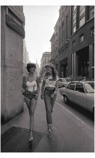FIORUCCI – Mirella Landi e Teresa Ferrari – Corso Vittorio Emanuele Milano, 1974 (ph Giorgio Lotti)