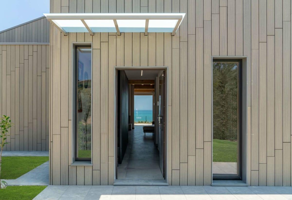 ingresso-porta-incornicia-il-mare-aretusi-valeria-architetto