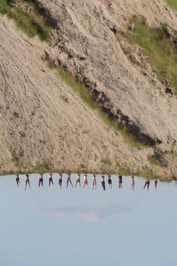 2. Virginia Zanetti, I Pilastri della Terra, scatto fotografico realizzato durante la performance collettiva, Calanchi di Sabbiuno, per Museo della Resistenza, Bologna