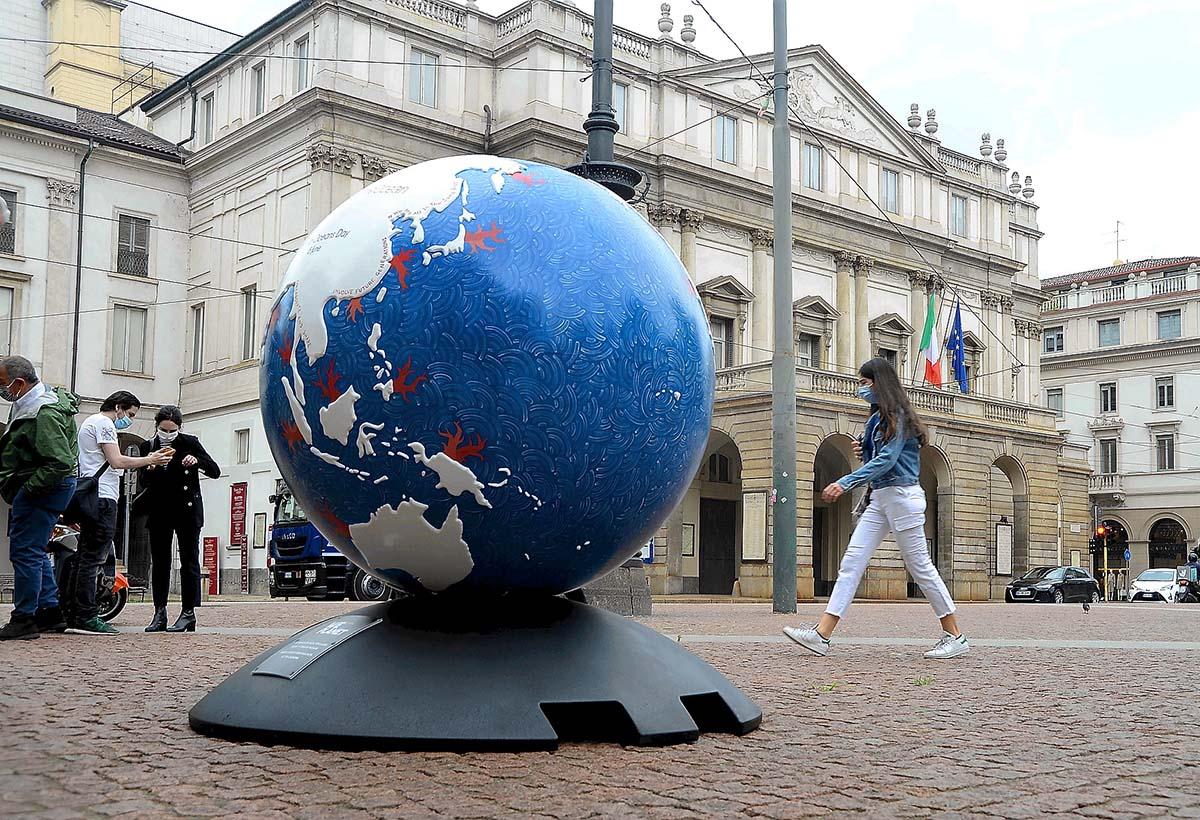Milano, Nell'ambito della Giornata Mondiale degli Oceani, Inaugurazione del Globo One Ocean Foundation, in piazza della Scala, all'interno del progetto di WePlanet 100 Globi per l'ambiente