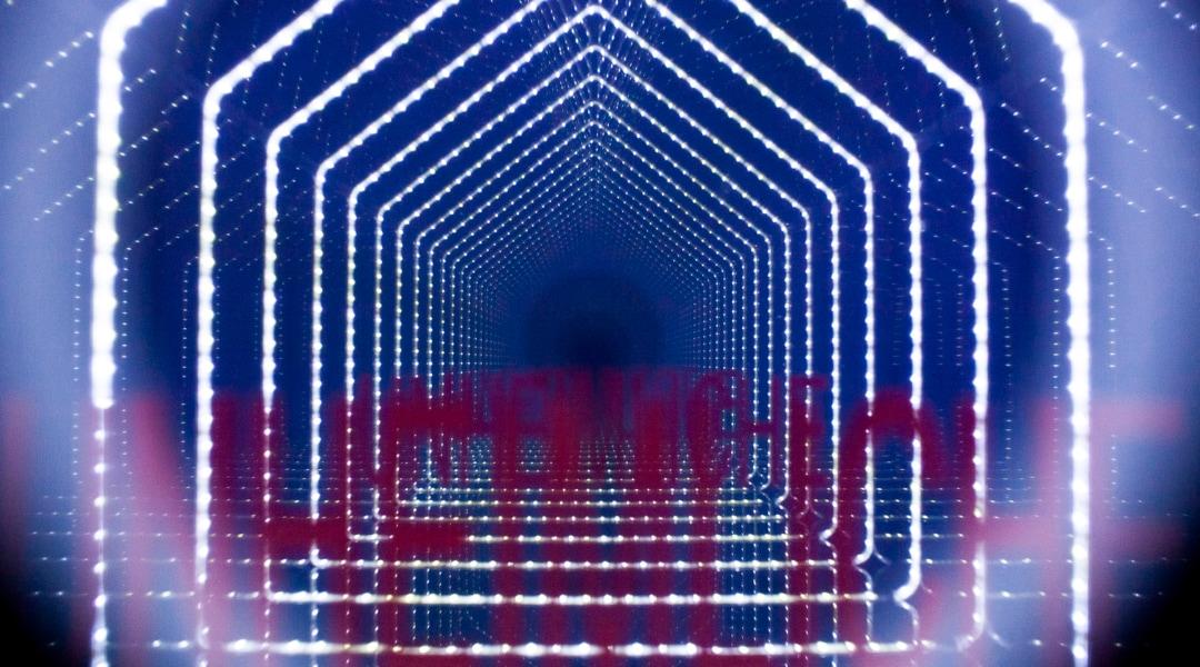 1.Federica Marangoni Dettaglio opera ''ENIGMA'', Casetta in perspex nero lucido, all'interno specchi e luci LED azzurre,