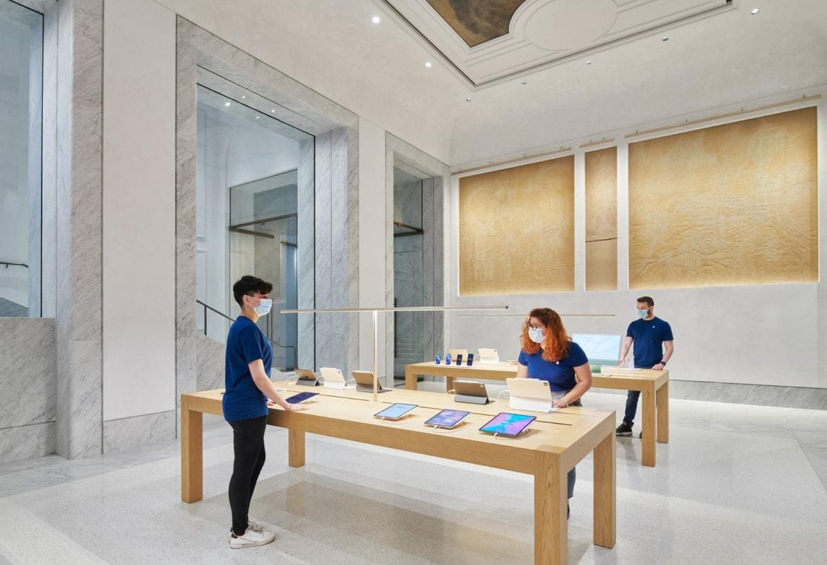 Apple_Via-Del-Corso-opens-in-Rome-interior-team-members-working_052721-min