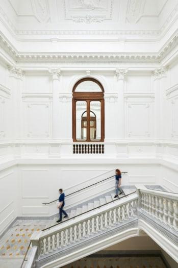 Apple_Via-Del-Corso-opens-in-Rome-stairway_052721-min